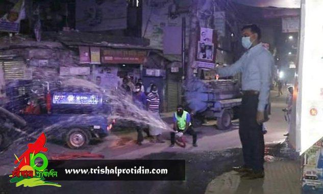 ব্লিচিং পাউডার দিয়ে পরিষ্কার করা হচ্ছে ময়মনসিংহ শহরের রাস্তাগুলো