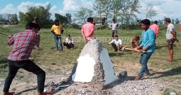 ভারতীয় সীমানা পিলার ভেঙে দিয়েছে নেপালের জনগণ